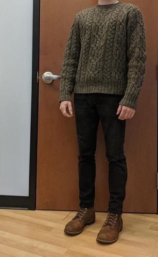 Comment porter un jean noir: Les journées chargées nécessitent une tenue simple mais stylée, comme un pull torsadé olive et un jean noir. Jouez la carte classique pour les chaussures et assortis cette tenue avec une paire de des bottes de loisirs en cuir marron.