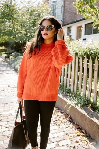 Comment porter: pull torsadé en tricot orange, leggings noirs, sac fourre-tout en cuir noir, lunettes de soleil noires