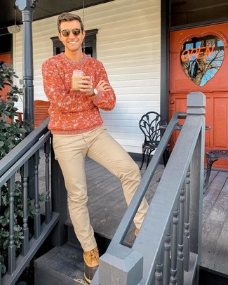 Comment porter: pull torsadé orange, pantalon chino marron clair, bottes d'hiver marron clair, lunettes de soleil marron