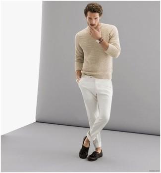 Comment porter un pull torsadé beige: Essaie de marier un pull torsadé beige avec un pantalon chino blanc pour affronter sans effort les défis que la journée te réserve. Jouez la carte classique pour les chaussures et fais d'une paire de des slippers en cuir à franges marron foncé ton choix de souliers.