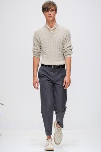 Fais l'expérience d'un style classique avec un pull torsadé beige et un pantalon de costume gris foncé. Pourquoi ne pas ajouter une paire de des bottines chukka en daim beiges à l'ensemble pour une allure plus décontractée?