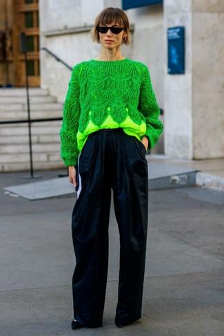 Comment porter: pull torsadé vert, pantalon large bleu marine, escarpins en daim noirs, lunettes de soleil noires
