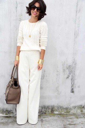 Comment porter: pull torsadé blanc, pantalon large blanc, sac fourre-tout en cuir marron, lunettes de soleil marron foncé