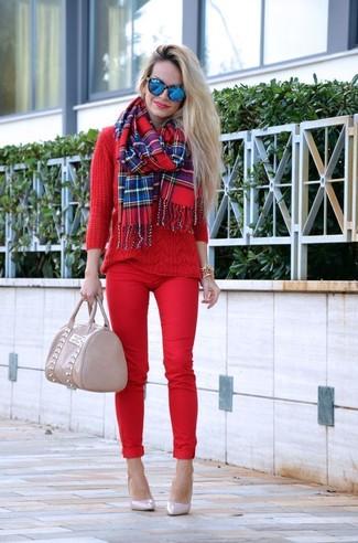 Comment porter une écharpe écossaise rouge: Marie un pull torsadé rouge avec une écharpe écossaise rouge pour un look confortable et décontracté. Une paire de des escarpins en cuir beiges est une option astucieux pour complèter cette tenue.