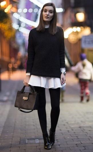 Comment porter une robe chemise avec un pull torsadé: Pense à opter pour un pull torsadé et une robe chemise pour créer un style chic et glamour. Complète ce look avec une paire de des bottines en cuir noires.