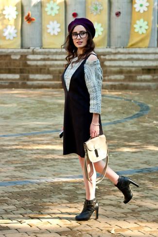Comment porter: pull torsadé gris, robe débardeur noire, bottines en cuir noires, cartable en cuir beige