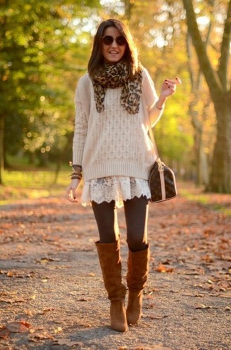 Comment porter: pull torsadé beige, robe patineuse en dentelle blanche, bottes hauteur genou en daim marron, sac bandoulière en cuir marron foncé