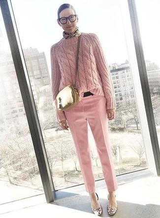 Comment porter: pull torsadé rose, pantalon de costume rose, escarpins en cuir roses, sac bandoulière en cuir doré
