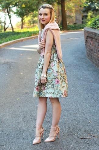 Comment porter: pull torsadé rose, robe évasée à fleurs vert menthe, escarpins en cuir beiges, bracelet blanc