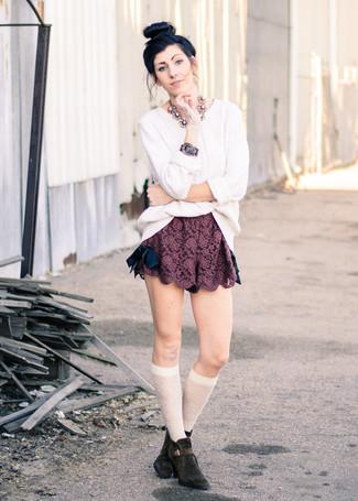 Comment porter: pull torsadé blanc, short en dentelle bordeaux, bottines en daim marron foncé, chaussettes montantes blanches
