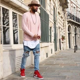Comment porter: pull torsadé rose, t-shirt à col rond blanc, jean déchiré bleu clair, baskets montantes rouges