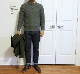 Comment porter: pull torsadé vert foncé, chemise à manches longues écossaise verte, jean bleu marine, chaussures derby en cuir bordeaux
