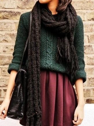 Comment porter: pull torsadé vert foncé, jupe patineuse bordeaux, cartable en cuir noir, écharpe en tricot marron foncé