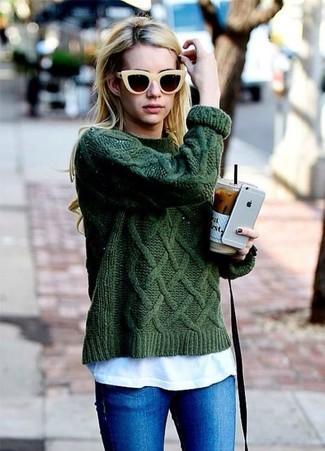 Comment porter: pull torsadé vert foncé, t-shirt à col rond blanc, jean skinny bleu, lunettes de soleil jaunes