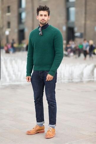 Pense à marier un pull torsadé vert avec un jean bleu marine pour obtenir un look relax mais stylé. Transforme-toi en bête de mode et fais d'une paire de des chaussures brogues en cuir brunes claires ton choix de souliers.