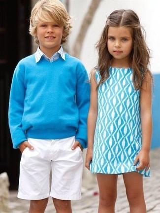 Comment porter: pull turquoise, chemise à manches longues écossaise bleu clair, short blanc