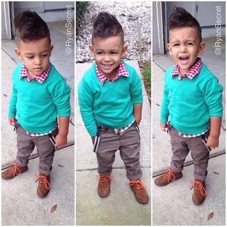 Comment porter: pull vert, chemise à manches longues en vichy rouge, pantalon marron, bottines chukka tabac