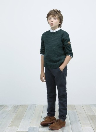 Comment porter: pull vert foncé, chemise à manches longues blanche, pantalon gris foncé, chaussures richelieu marron