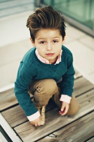 Tenue: Pull vert foncé, Chemise à manches longues en vichy orange, Pantalon marron clair, Chaussures richelieu marron clair