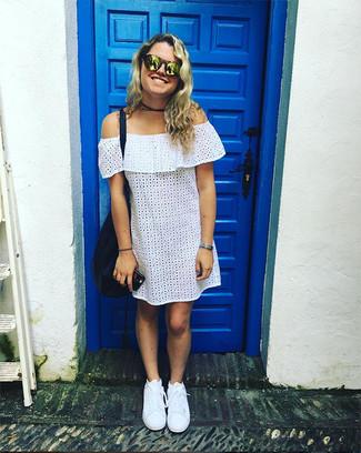 Comment porter: robe à épaules dénudées en broderie anglaise blanc, baskets basses blanches, sac fourre-tout en cuir bleu marine, lunettes de soleil dorées