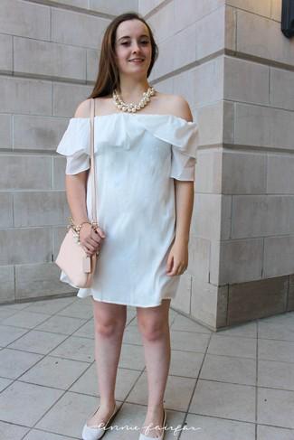 Comment porter: robe à épaules dénudées blanc, ballerines en cuir blanches, sac bandoulière en cuir beige, collier de perles blanc