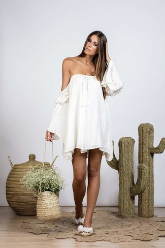 Comment porter: robe à épaules dénudées blanc, sandales plates de paille beiges, sac bourse de paille marron clair