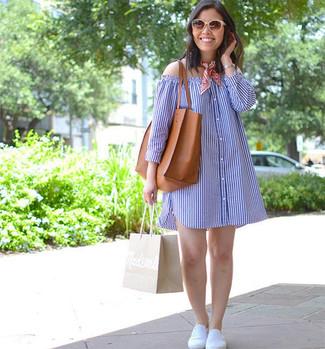 Comment porter: robe à épaules dénudées à rayures verticales bleu, baskets à enfiler blanches, sac fourre-tout en cuir tabac, bandana rouge
