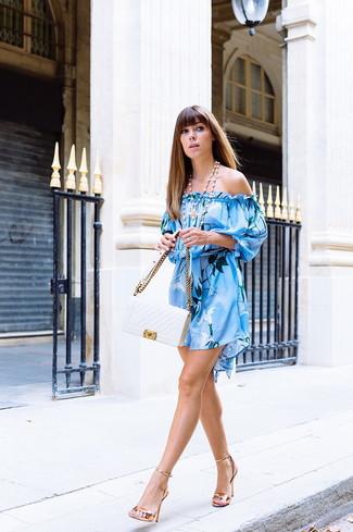 Comment porter: robe à épaules dénudées imprimé bleu clair, sandales à talons en cuir dorées, cartable en cuir matelassé blanc, collier de perles blanc