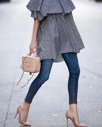 Comment porter: robe à épaules dénudées en vichy bleu marine, jean skinny bleu marine, escarpins en cuir marron clair, sac bandoulière en cuir matelassé marron clair