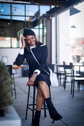 Comment porter: robe à épaules dénudées noir, chemise de ville blanche, bottines plates à lacets en daim noires, sac bandoulière en cuir blanc