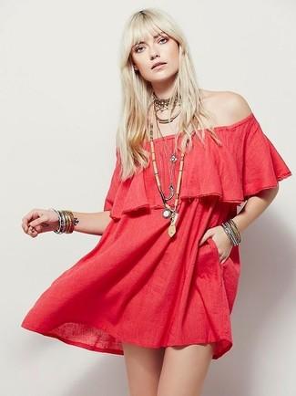 Comment porter: robe à épaules dénudées rouge, collier ras de cou doré, bracelet argenté, pendentif orné de perles beige