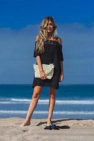 Comment porter: robe à épaules dénudées en dentelle noir, sandales plates en cuir noires, pochette de paille beige