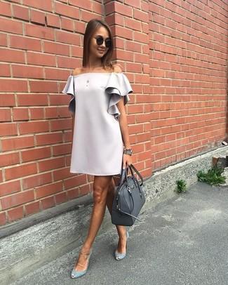 Comment porter: robe à épaules dénudées gris, escarpins en daim découpés gris, cartable en cuir gris foncé, lunettes de soleil noires