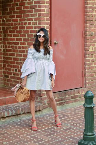 Comment porter: robe à épaules dénudées à rayures verticales gris, sandales à talons en cuir fuchsia, pochette de paille marron clair, lunettes de soleil noires et blanches