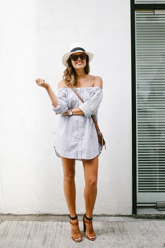 Comment porter: robe à épaules dénudées à rayures verticales gris, sandales à talons en cuir marron, sac bandoulière en cuir marron, chapeau de paille blanc