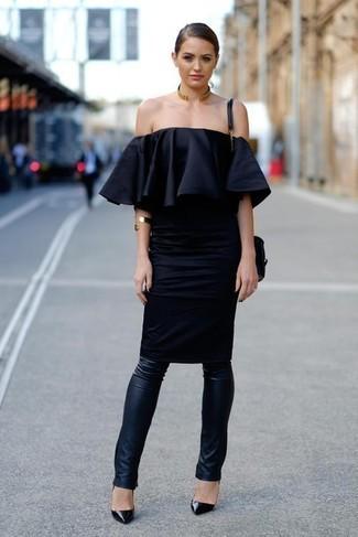 Comment porter: robe à épaules dénudées noir, leggings en cuir noirs, escarpins en cuir noirs, sac bandoulière en cuir noir