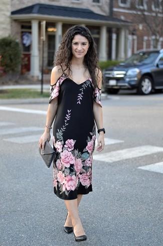 Comment porter: robe à épaules dénudées à fleurs noir, escarpins en cuir noirs, pochette en daim gris foncé, montre en céramique noire