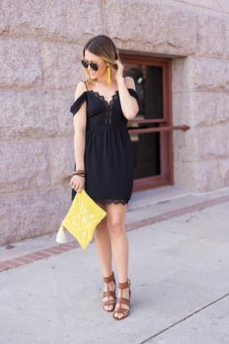 Comment porter: robe à épaules dénudées en dentelle noir, sandales à talons en cuir marron, pochette ornée de perles jaune, boucles d'oreilles ornées de perles jaunes