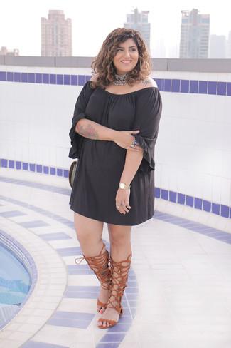 Comment porter: robe à épaules dénudées noir, sandales spartiates hautes en cuir marron, collier ras de cou orné argenté