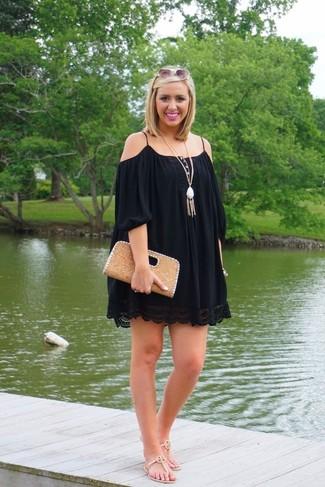 Comment porter: robe à épaules dénudées noir, tongs en cuir beiges, pochette en cuir marron clair, pendentif blanc