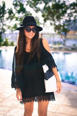 Comment porter: robe à épaules dénudées en soie noir, sac fourre-tout en cuir blanc et noir, chapeau en laine noir, lunettes de soleil noires