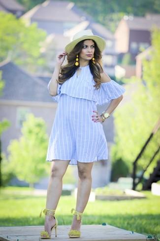 Comment porter: robe à épaules dénudées à rayures verticales bleu clair, sandales à talons en daim chartreuses, chapeau de paille beige, montre dorée