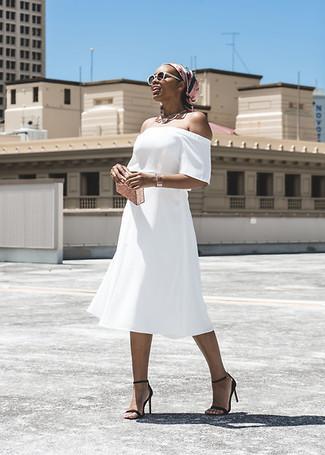 Comment porter une pochette dorée à 30 ans: Opte pour un robe à épaules dénudées blanc avec une pochette dorée pour une tenue idéale le week-end. Une paire de des sandales à talons en cuir noires est une option génial pour complèter cette tenue.