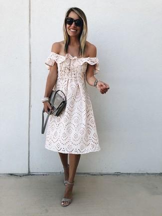 Comment porter des sandales à talons en daim grises: Opte pour le confort dans un robe à épaules dénudées en broderie anglaise beige. Cette tenue est parfait avec une paire de des sandales à talons en daim grises.
