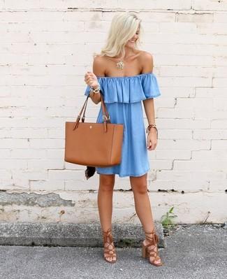 Comment porter: robe à épaules dénudées en denim bleu clair, sandales à talons en daim à franges tabac, sac fourre-tout en cuir tabac, pendentif doré