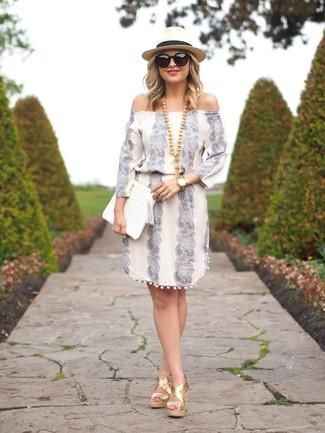 Comment porter une pochette en cuir blanche pour un style decontractés: Pense à marier un robe à épaules dénudées imprimé blanc avec une pochette en cuir blanche pour un look idéal le week-end. D'une humeur créatrice? Assortis ta tenue avec une paire de des sandales compensées en cuir dorées.
