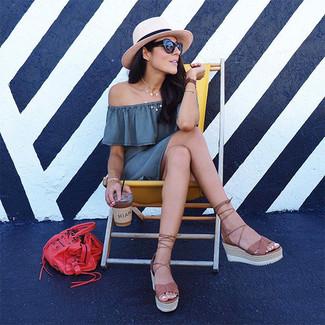 Comment porter: robe à épaules dénudées gris, sandales compensées en cuir marron, sac fourre-tout en cuir rouge, chapeau de paille beige