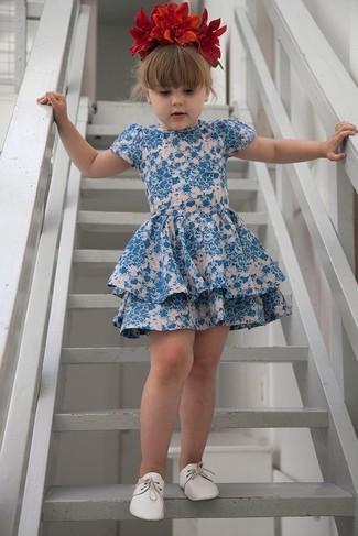 Comment porter: robe à fleurs bleue, chaussures richelieu blanches, bandeau à fleurs rouge