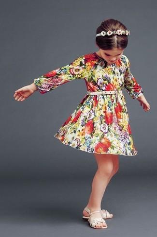 Comment porter: robe à fleurs multicolore, sandales beiges, bandeau blanc