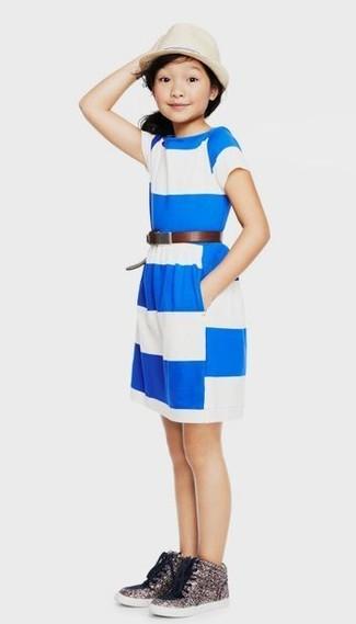 Comment porter: robe à rayures horizontales blanc et bleu, baskets pailletées argentées, chapeau beige